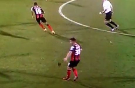 Του έπεσε η περούκα κατά τη διάρκεια του αγώνα (VIDEO)