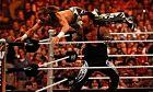 O Undertaker κάνει την κίνηση 'snake eyes' στον Σον Μάικλς, κατά τη διάρκεια της μεταξύ τους αναμέτρησης για τη Wrestlemania XXVI