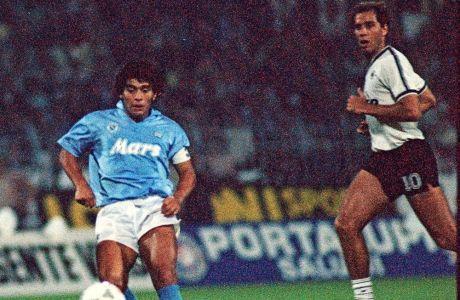 Ο Ντιέγκο Αρμάντο Μαραντόνα στη διάρκεια του αγώνα με τον ΠΑΟΚ στην Τούμπα