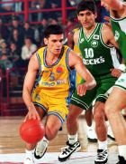 Παναγιώτης Γιαννάκης σε διεκδίκηση της μπάλας από τον Άγγελο Κορωνιό