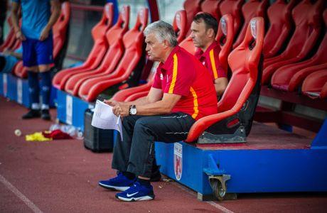 Ο προπονητής του Βόλου, Σάκης Τσιώλης, σε στιγμιότυπο της φιλικής αναμέτρησης με τον Ατρόμητο στο πλαίσιο της προετοιμασίας για τη Super League 1 2020-2021 στο Πανθεσσαλικό Στάδιο | Πέμπτη 13 Αυγούστου 2020