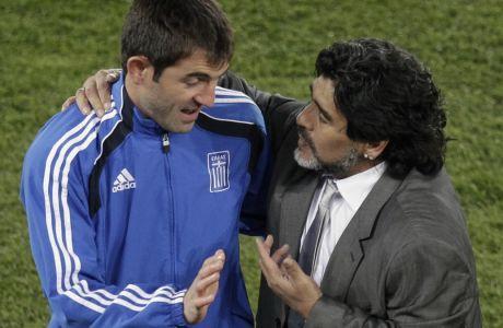 Μαραντόνα και Καραγκούνης τα λένε στο τέλος της αναμέτρησης Αργεντινή - Ελλάδα για το Group B του Παγκοσμίου Κυπέλλου 2010 στη Νότιο Αφρική. Ο Ντιεγκίτο άφησε την τελευταία του πνοή σε ηλικία 60 ετών στις 25/11/2020.  (AP Photo/Michael Sohn)