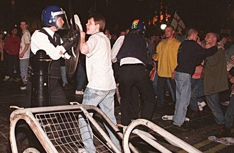 Επεισόδια μεταξύ Άγγλων οπαδών και της αστυνομίας στην Trafalgar Sq. τον Ιούνιο του 1996