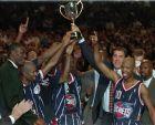 Οι Χιούστον Ρόκετς κατά την απονομή του τουρνουά ΜακΝτόναλτς , ύστερα από τη νίκη τους κόντρα στην Μπάκλερ Μπολόνια, το Σάββατο 21 Οκτωβρίου 1995.