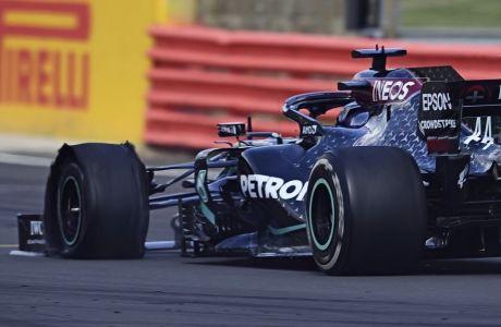 Ο Λιούις Χάμιλτον νίκησε στο βρετανικό grand prix, παρά το κλαταρισμένο ελαστικό στον τελευταίο γύρο