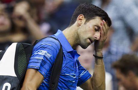 O Σέρβος σταρ Νόβακ Τζόκοβιτς αποχωρεί από τα κορτ στον τελευταίο του αγώνα τένις, ενάντια στον Ελβετό Σταν Βαβρίνκα, κατά τη διάρκεια του τέταρτου γύρου του US Open, την Κυριακή 1η Σεπτεμβρίου 2019, στη Νέα Υόρκη