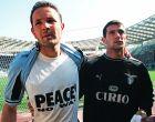 Ο Σίνισα Μιχάιλοβιτς και ο Ντέγιαν Στάνκοβιτς της Λάτσιο επιδεικνύουν μπλούζες κατά των βομβαρδισμών του ΝΑΤΟ στο Κόσοβο, πριν από τον αγώνα με τη Μίλαν για τη Serie A 1998-1999 στο 'Ολίμπικο' της Ρώμης, Σάββατο 3 Απριλίου 1999