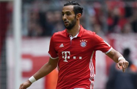 MUNICH, GERMANY - MAY 14:  Medhi Benatia of Muenchen controls the ball during the Bundesliga match between FC Bayern Muenchen and Hannover 96 at Allianz Arena on May 14, 2016 in Munich, Germany.  (Photo by Matthias Hangst/Bongarts/Getty Images)