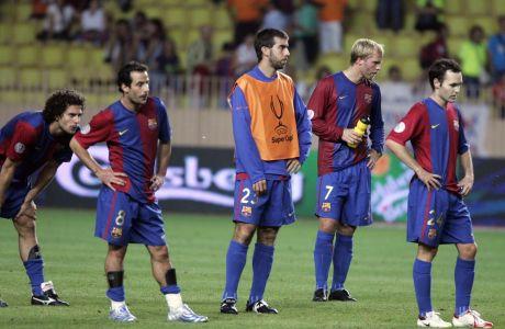 Από αριστερά: Τιάγκο Μότα, Λιουντοβίκ Ζιουλί, Ολεγκέρ, Έιντουρ Γκουντιόνσεν και Αντρές Ινιέστα αντιδρούν στην ήττα της Μπαρτσελόνα από τη Σεβίλλη για το Supercopa (2006)