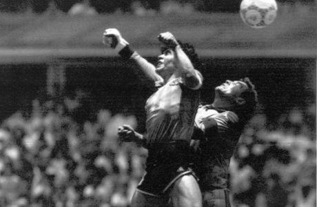 Ο Ντιέγκο Μαραντόνα της Αργεντινής μονομαχεί με τον Πίτερ Σίλτον της Αγγλίας στο περίφημο 'Χέρι του Θεού' τωνπροημιτελικών του Παγκοσμίου Κυπέλλου 1986 στο 'Αζτέκα', Πόλη του Μεξικού, | Κυριακή 22 Ιουνίου 1986