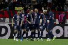 O Κιλιάν Εμπαμπέ πανηγυρίζει με τους συμπαίκτες του την επίτευξη γκολ κόντρα στην Μονακό
