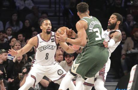 Ο Γιάννης Αντετοκούνμπο των Μιλγουόκι Μπακς μαρκάρεται από τον Κάιρι Ίρβινγκ και τον Σπένσερ Ντίνγουιντί των Μπρούκλιν Νετς για το NBA 2019-2020, Νέα Υόρκη | Σάββατο 18 Ιανουαρίου 2020