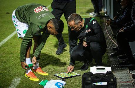 Ο προπονητής του Παναθηναϊκού, Γιώργος Δώνης, δίνει οδηγίες στον Γκαγιάς Ζαχίντ στην αναμέτρηση με τον ΟΦΗ για τη Super League 1 2019-2020 στο Γεντί Κουλέ, Τετάρτη 18 Δεκεμβρίου 2019