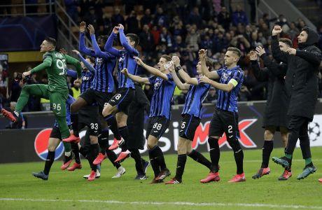 Ποδοσφαιριστές της Αταλάντα πανηγυρίζουν έπειτα από το τέλος του αγώνα με τη Βαλένθια για τον 1ο αγώνα της φάσης των 16 του Champions League 2019-2020 στο 'Τζιουζέπε Μεάτσα', Μιλάνο, Τετάρτη 19 Φεβρουαρίου 2020