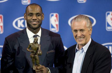 """Ο ΛεΜπρον Τζέιμς μαζί με τον Πατ Ράιλι το 2013, όταν ο """"βασιλιάς"""" αναδείχθηκε MVP του ΝΒΑ"""