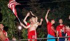 Η χορευτική κίνηση του ημίγυμνου Κώστα Τσιμίκα