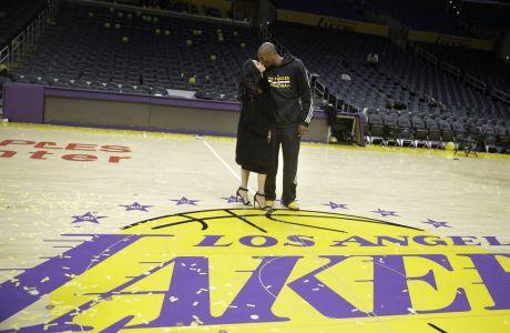 Ο Κόμπε Μπράιαντ των Λέικερς φιλάει τη σύζυγό του Βανέσα έπειτα από το τελευταίο παιχνίδι της καριέρας του, κόντρα στους Γιούτα Τζαζ στο 'Στέιπλς Σέντερ', Λος Άντζελες, Πέμπτη 14 Απριλίου 2016