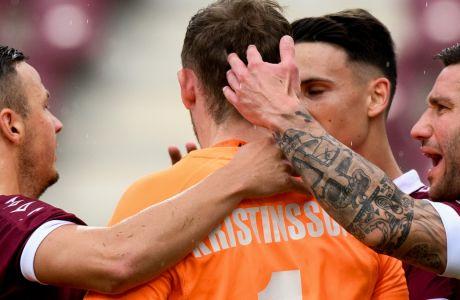 Ο Κρίστινσον δέχεται τα συγχαρητήρια των συμπαικτών του στην αναμέτρηση της ΑΕΛ με τον Βόλο για τα playoffs της Super League 2019-2020. (ΦΩΤΟΓΡΑΦΙΑ: ΑΝΤΩΝΗΣ ΝΙΚΟΛΟΠΟΥΛΟΣ / EUROKINISSI)