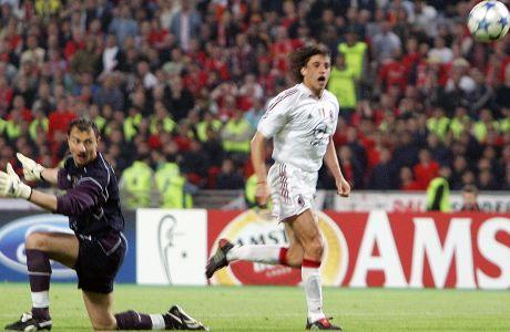 Ο Ερνάν Κρέσπο με εκπληκτικό τσίμπημα της μπάλας νικάει τον Γέρζι Ντούντεκ και πετυχαίνει στο 44' το τρίτο γκολ της Μίλαν στον τελικό της Κωνσταντινούπολης. Η Λίβερπουλ ισοφάρισε σε 3-3 και κατέκτησε το Champions League της σεζόν 2004-05 στην διαδικασία των πέναλτι. (AP Photo/Thomas Kienzle)