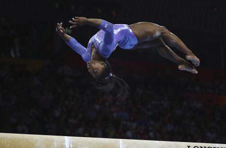 Η Σιμόν Μπάιλς, αθλήτρια των Ηνωμένων Πολιτειών, παρουσιάζει το πρόγραμμά της στον τελικό της δοκού ισορροπίας στο Παγκόσμιο Πρωτάθλημα ενόργανης γυμναστικής στη Στουτγάρδη της Γερμανίας