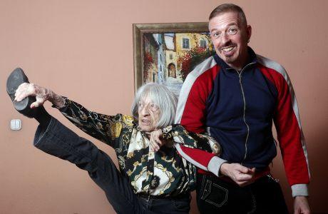 Η Άγκνες Κελέτι, με τον γιο της, Ραφαέλ, στο σπίτι της στη Βουδαπέστη. Είναι σχεδόν 100 ετών, αλλά μπορεί να κάνει πράγματα που είναι πολύ δύσκολα για όλους μας