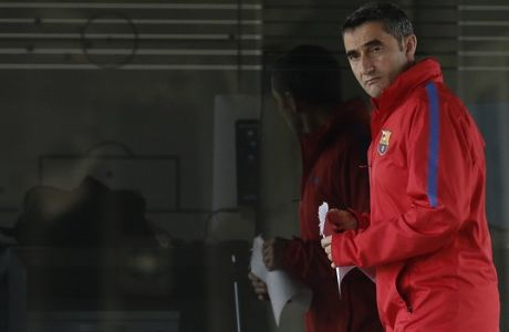 FC Barcelona's coach Ernesto Valverde arrives for a training session at the Sports Center FC Barcelona Joan Gamper in Sant Joan Despi, Saturday, May 5, 2018. FC Barcelona will play against Real Madrid in a Spanish La Liga soccer match on Sunday.(AP Photo/Manu Fernandez)