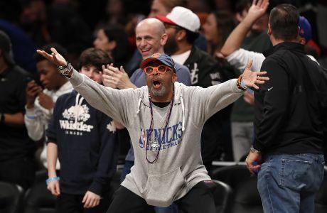 Ο σκηνοθέτης και φίλος των Νιου Γιορκ Νικς, Σπάικ Λι, σε στιγμιότυπο της αναμέτρησης με τους Μπρούκλιν Νετς για την κανονική διάρκεια του NBA 2019-2020 στο 'Μάντισον Σκουέρ Γκάρντεν', Νέα Υόρκη, Παρασκευή 25 Οκτωβρίου 2019