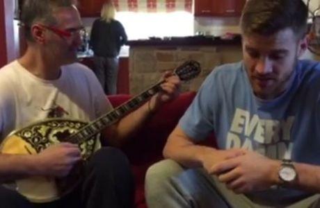 Ο Αργύρης Παπαπέτρου παίζει μπουζούκι και ο υιός τραγουδά Παντελίδη