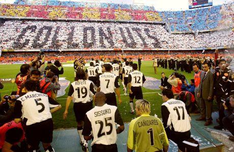 """Οι παίκτες της Βαλένθια μπαίνουν στο """"Μεστάγια"""" για τον τελευταίο αγώνα της Λίγκας 2003/04, έχοντας ήδη κατακτήσει μαθηματικά το πρωτάθλημα (γι' αυτό και το pasillo από τους παίκτες της Αλμπαθέτε), αλλά και το Κύπελλο UEFA λίγες μέρες νωρίτερα. Το κορεό, """"collonuts"""", μπορούμε να το μεταφράσουμε ως """"γαμάτοι""""! (23/5/2004)"""