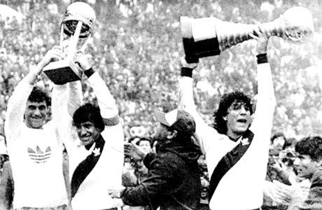 Δεξιά ο Φούνες με το Copa Libertadores του 1986 και αριστερά οι Νέρι Πουμπίδο και Αμέρικο Γκαγέγο με το Διηπειρωτικό του 1986.