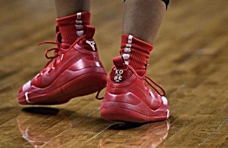 Η Άντζελα Χάρις του Χιούστον φοράει Kobe sneakers κατά τη διάρκεια τουρνουά του NCAA