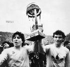 Χουάν Φούνες και Νέρι Πουμπίδο με το Διηπειρωτικό Κύπελλο του 1986.