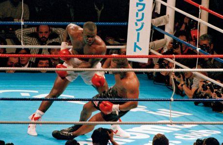 Ο Τζέιμς Μπάστερ Ντάγκλας ρίχνει στο καναβάτσο τον Μάικ Τάισον στον 10ο γύρο του αγώνα για τον παγκόσμιο τίτλο βαρέων βαρών στο 'Τόκιο Ντομ', Τόκιο, Κυριακή 11 Φεβρουαρίου 1990