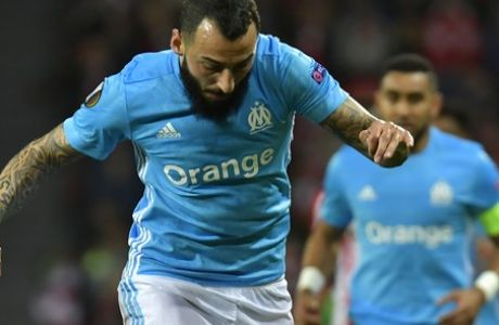 Bilbao's Yeray Alvarez, left, tackles Marseille's Kostas Mitroglou during their Europa League round of 16, 2nd leg, match between Athletic Bilbao and Olympique Marseille, at San Mames stadium, in Bilbao, northern Spain, Thursday, March 15, 2018. (AP Photo/Alvaro Barrientos)