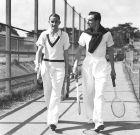 Ο Φρεντ Πέρι μαζί με τον Αμερικανό αθλητή Πατ Χιουζ, λίγο πριν μια κοινή προπόνηση, το 1934.