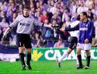 """Ο Τόλντο μόλις έχει αποβληθεί στο ματς Βαλένθια - Ίντερ για τα προημιτελικά του Κυπέλλου UEFA 2001/02 στο """"Μεστάγια"""" και δίνει τα γάντια του στον Φαρινός, αφού δεν υπήρχε άλλη αλλαγή διαθέσιμη."""