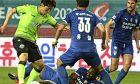Φάση από το σημερινό, πρώτο, ματς της K-League, για τη σεζόν 2019-20, όπου οι παίκτες δεν ακολουθούν ακριβώς τους κανόνες του social distancing.
