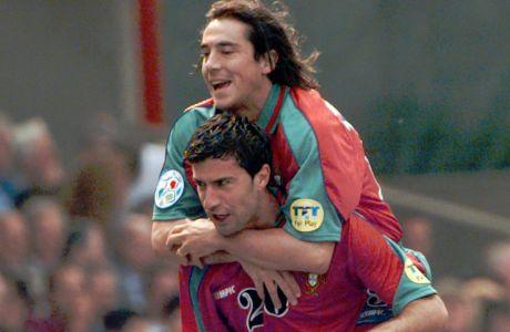 Ο Λουίς Φίγκο της Πορτογαλίας πανηγυρίζει με τον Πάουλο Σόουζα γκολ που σημείωσε κόντρα στην Κροατία για τη φάση των ομίλων του Euro 1996 στο 'Σίτι Γκράουντ', Νότιγχαμ, Τετάρτη 19 Ιουνίου 1996