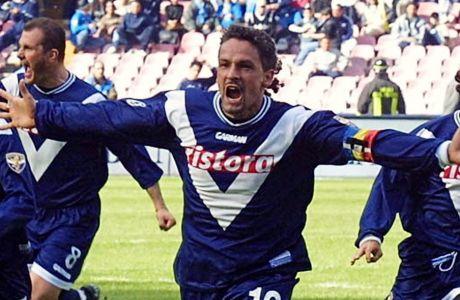Ο Ρομπέρτο Μπάτζιο πανηγυρίζει γκολ με την Μπρέσια