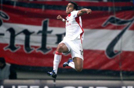 Ο Ντιόγκο Λουίς Σάντο πανηγυρίζει με τη φανέλα του Ολυμπιακού. Ο Βραζιλιάνος πραγματοποίησε συνολικά 78 συμμετοχές με τα ερυθρόλευκα, με απολογισμό 23 γκολ και 14 ασίστ.