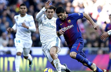 Real Madrid's Mateo Kovacic, center left, fights for the ball with Barcelona's Luis Suarez during the Spanish La Liga soccer match between Real Madrid and Barcelona at the Santiago Bernabeu stadium in Madrid, Spain, Saturday, Dec. 23, 2017. (AP Photo/Francisco Seco)