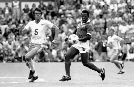 O Πελέ, ίσως ο καλύτερος παίκτης που πέρασε ποτέ από το ποδόσφαιρο, εδώ σε εμφάνιση του το 1977 με τα χρώματα της αμερικάνικης ομάδας Νιου Γιορκ Κόσμος. Το ματς της Κόσμος κόντρα στο Σιάτλ είχε λήξει νίκη 2-1 υπέρ της ομάδας του Πελέ, αποτέλεσμα που της έφερε και το πρωτάθλημα.