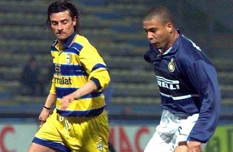 Ο Λουίτζι Σαρτόρ με αντίπαλο τον Ρονάλντο σε αγώνα της Πάρμα με την Ίντερ