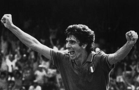 Με τα χέρια ψηλά φεύγει για να πανηγυρίσει το 1ο γκολ στον ημιτελικό του Παγκοσμίου Κυπέλλου 1982 εναντίον της Πολωνίας του Λάτο και του Μπόνιεκ. Ο Πάολο Ρόσι πέθανε σε ηλικία 64 ετών