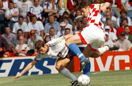 Ο Μεμέτ Σολ της Γερμανίας μονομαχεί με τον Ντάβορ Σούκερ της Κροατίας για τα προημιτελικά του Euro 1996 στο 'Ολντ Τράφορντ', Μάντσεστερ, Κυριακή 23 Ιουνίου 1996