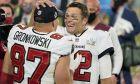 Ο Τομ Μπρέιντι και ο Ρομπ Γκρονκόφσκι πανηγυρίζουν για τον τίτλο των Buccaneers στο Super Bowl του Φλεβάρη