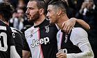 O Κριστιάνο Ρονάλντο πανηγυρίζει την επίτευξη ενός γκολ μαζί με τον Γκονζάλο Ιγκουάιν, στην αναμέτρηση Γιουβέντους - Κάλιαρι.