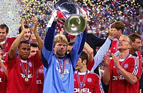 Ο Όλιβερ Καν, μαζί με τους συμπαίκτες του, κατά την απονομή του τροπαίου του Champions League