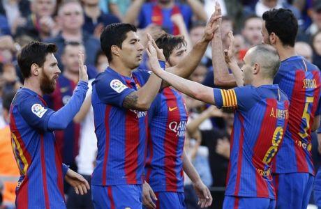 FC Barcelona's Luis Suarez, center, celebrates after scoring during the Spanish La Liga soccer match between FC Barcelona and Villarreal at the Camp Nou stadium in Barcelona, Spain, Saturday, May 6, 2017. (AP Photo/Manu Fernandez)