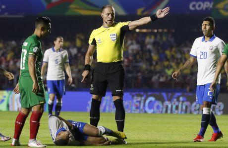 O διαιτητής Νέστορ Πιτάνα σφυρίζει φάουλ υπερ της Βραζιλίας, στον αγώνα της ομάδας ενάντια στη Βολιβία